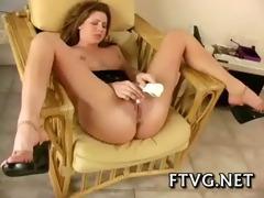 gal demonstrates hawt body