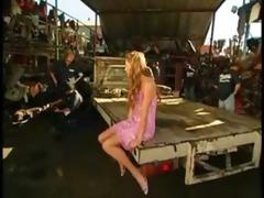 blondinette niqu&eacute e en gang group sex